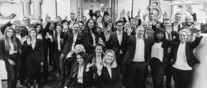 Gruppenbilder, Cube Real Estate Mitarbeiter winken in die Kamera, Cube easyE