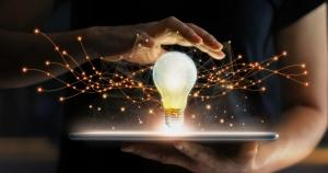 Cube easyE, Energie für Immobilien, eine Glühbirne leuchtet über einem Tablet